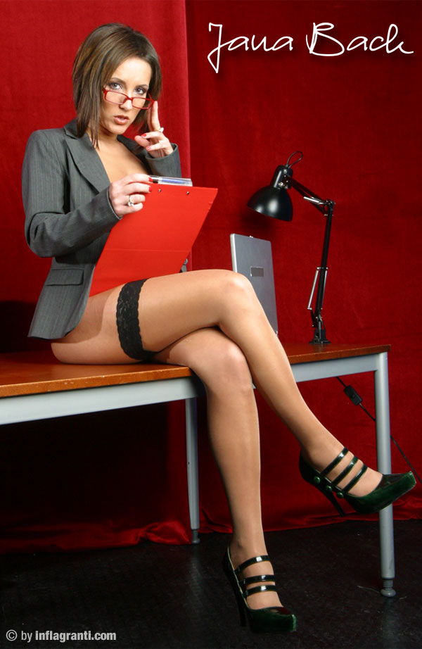 Sie will, ficken, blasen und schlucken - das heißeste Flittchen im Büro ist Jana Bach