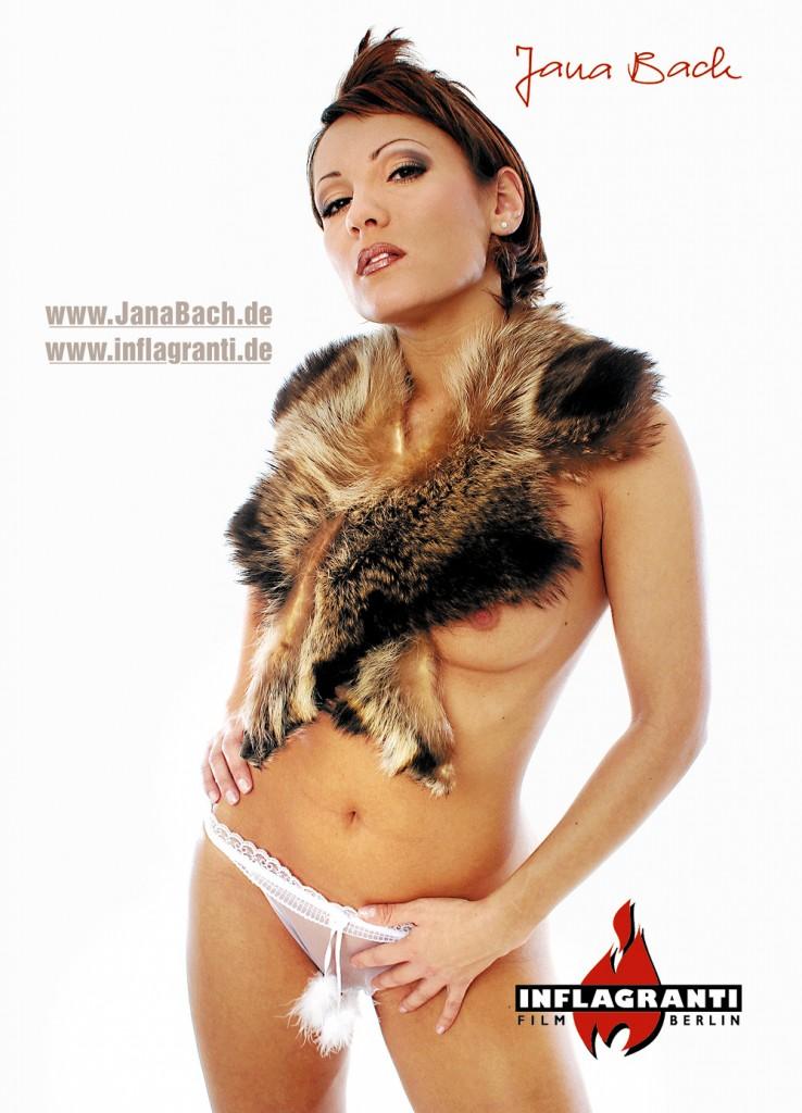Jana Bach mit Pelz und weißem Höschen