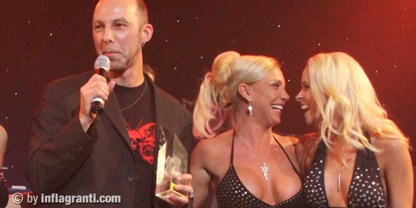 Wie soll man sich da konzentrieren, zwei blonde Fickhäschen kichern, während Mann eine Rede halten muss