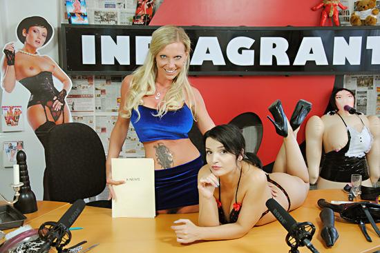 Zwei heiße Anchor-Women moderieren die X-News