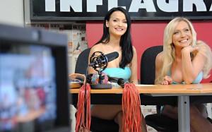 Maria Mia und Sharon da Vale im Studio der Porno-News